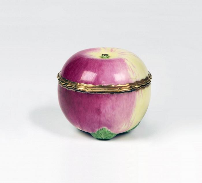 Табакерка в виде яблока с надписью «Пастух и пряха». Мастер Д.И. Виноградов. 1750-е гг.