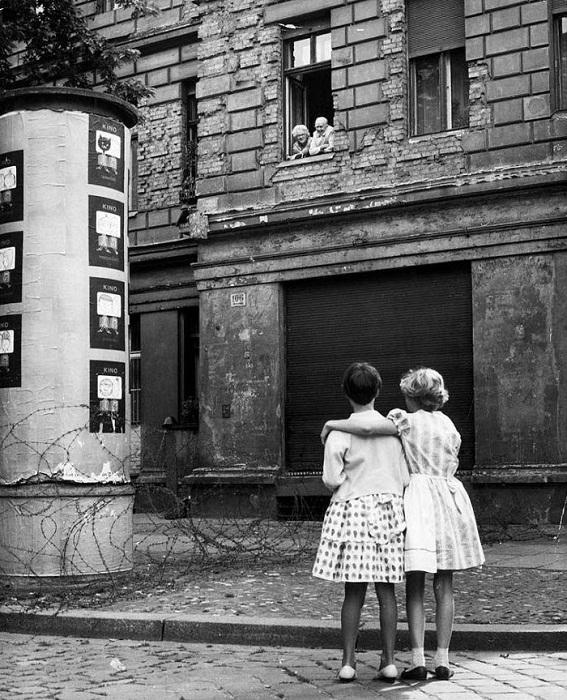 Колючая проволока на улицах Берлина