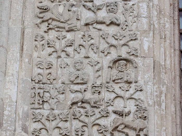 Северный фасад. Апостолы Петр (справа) и Павел