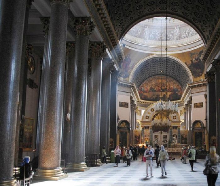 Колонны внутри Исаакиевского собора, отполированные до блеска