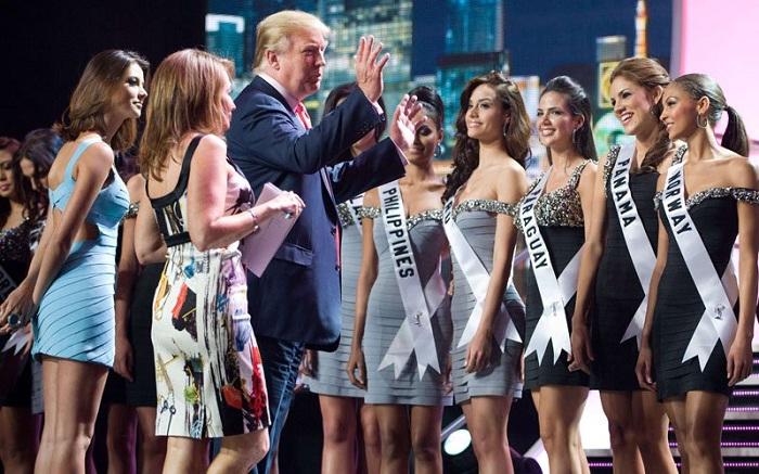 Дональд Трамп с участницами конкурса