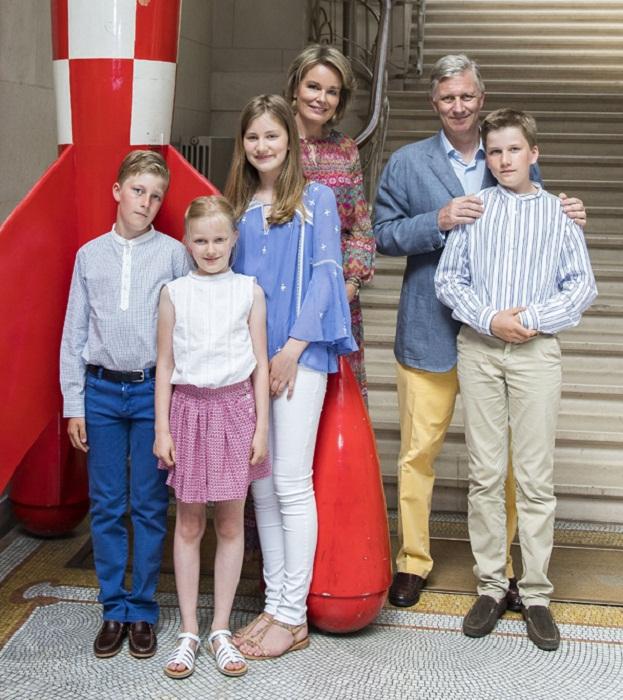 Король Бельгии Филипп, королева Матильда с детьми - принцесса Елизавета (2001), принц Габриэль (2003), принц Эммануэль (2005) и принцесса Элеонора (2008)
