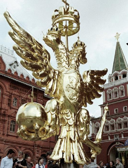 Копия золотого Двуглавого орла, возвращенная в 1997 году на башню Государственного исторического музея в Москве.