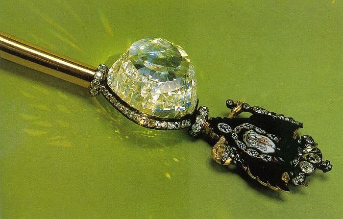 Императорский скипетр - золото, бриллиант «Орлов», другие бриллианты, серебро, эмаль. Длина скипетра - 59,5 см. Начало 1770-х годов