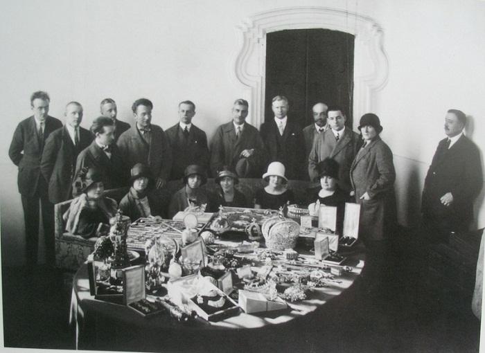 Комиссия по отбору изделий для продажи на аукционе «Кристи» в Лондоне в 1927г.