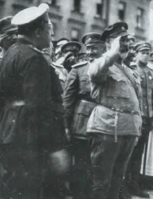 Май-Маевский и Деникин принимают парад войск в Харькове