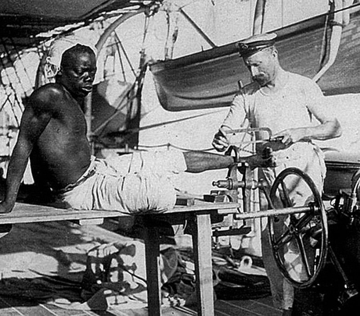 С раба снимают кандалы