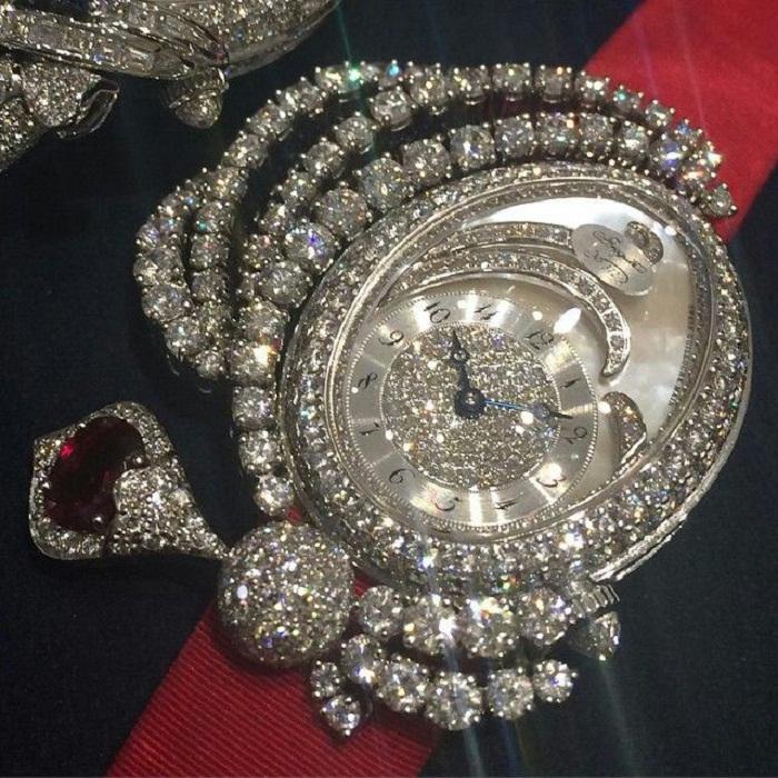Брегет Марии-Антуанетты, канва из алмазов с жемчужным циферблатом, подчёркнутым рубинами