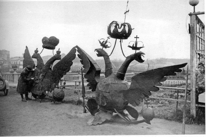 Двуглавые орлы, снятые с Никольской и Боровицкой башен, в ЦПКиО им. Горького, 23 октября 1935 года