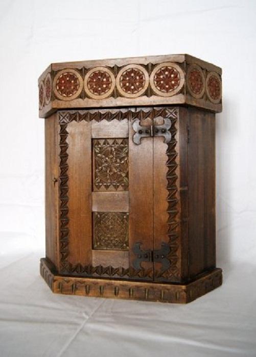 Шкафчик настенный, угловой (аптечка). Липа, проект Е.Д. Поленовой, 1900-е г.