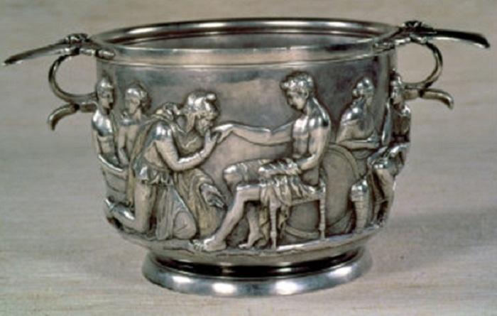 Римская чаша из позолоченного серебра. Царь Трои Приам просит у Ахилла тело своего убитого сына Гектора,   1-й век до н.э.