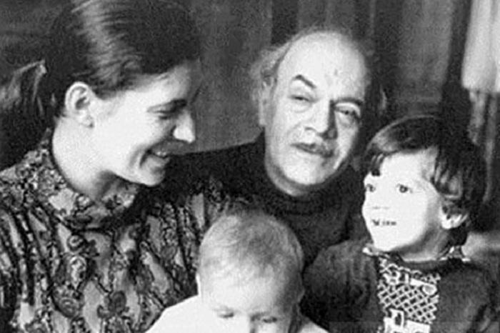 Давид Самойлов с женой Галиной и детьми.