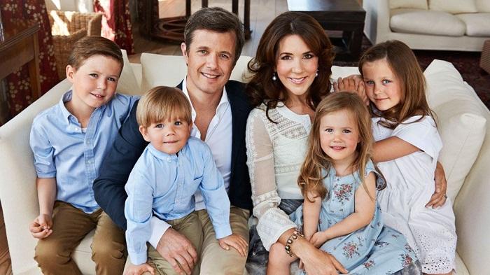 Кронпринц Фредерик и принцесса Мэри Элизабет Дональдсон с детьми - принц Кристиан (2005), принцесса Изабелла (2007), близнецы принц Винсент и принцесса Жозефина