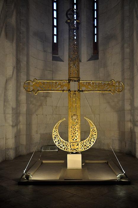 Крест (настоящий), хранится внутри собора