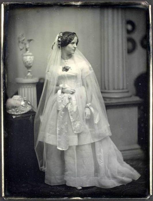 Пример безупречного стиля Викторианской эпохиа: свадебное платье с приспущенными рукавами и пышной двухуровневой юбкой. 1850 год