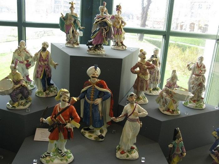 Фигурки придворных в фантастических костюмах иноземных народов, 1725/30-1750 гг. Автор большинства моделей — И. Кендлер