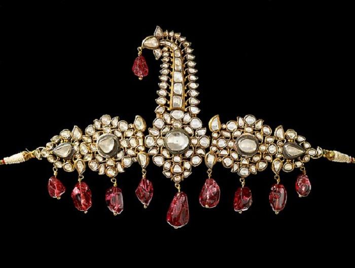 Сарпеш – украшение для тюрбана. 1800–1850. Южная Индия, Хайдарабад. Золото с алмазами, с висящими шпинелями более ранней даты
