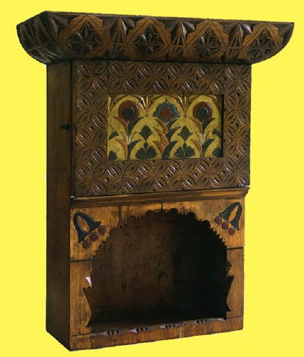 Поленова Е.Д. Настенный шкафчик по её проекту. Дерево (дуб). 1880-е годы. Абрамцевская столярная мастерская.