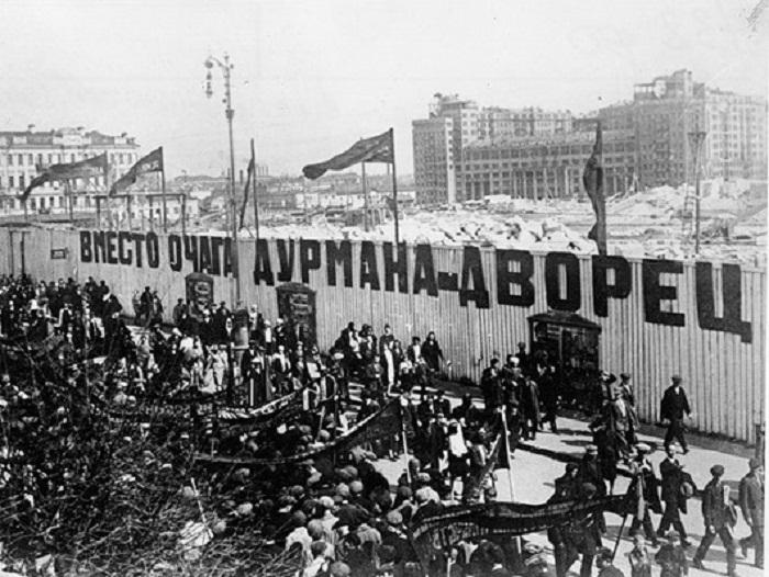 Вид с улицы Волхонка. За забором – строительная площадка Дворца Советов, через реку - Дом на набережной
