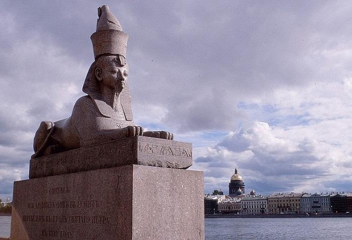 Восточный сфинкс после реставрации. Фото - Виктор Солкин, 2003 г.