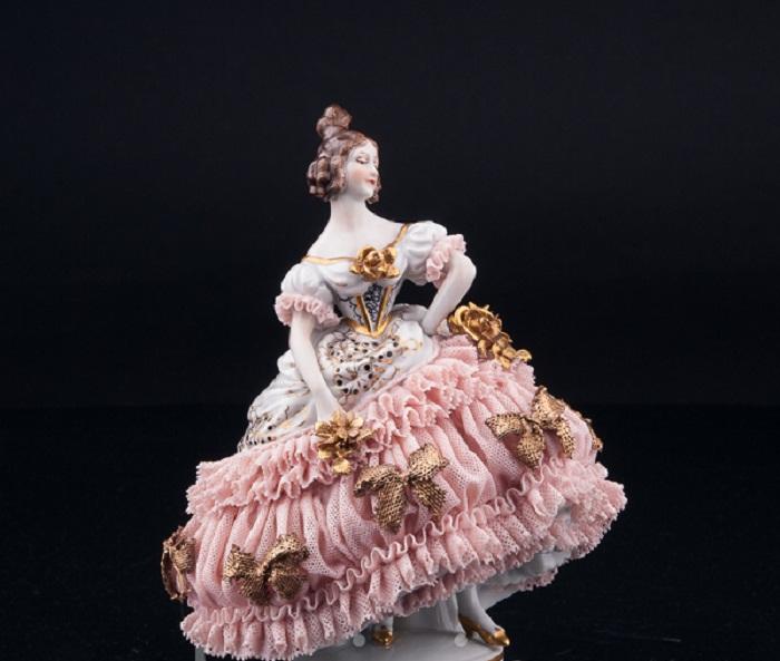 Фарфоровая статуэтка «Девушка на балу», кружевная. Muller & Co, Volkstedt, Германия, 1920-30 гг.
