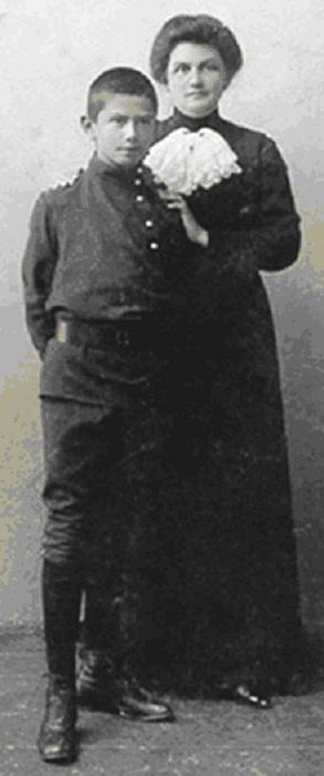 Дмитрий с матерью 1913 год