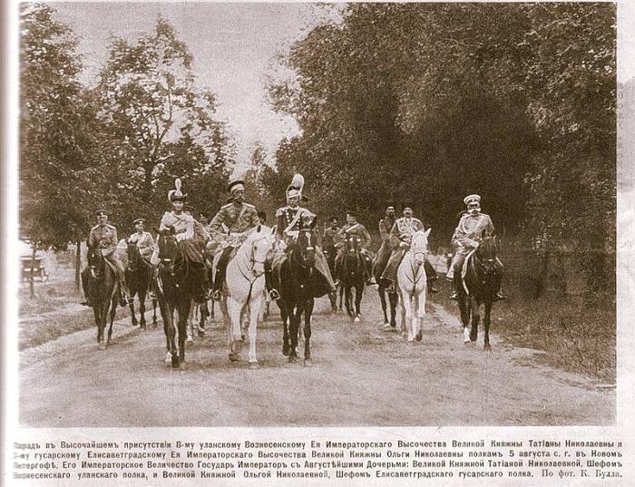 Николай II с дочерьми, Ольгой и Татьяной, на параде. Фото из журнала Нива, № 33 за 1913 год