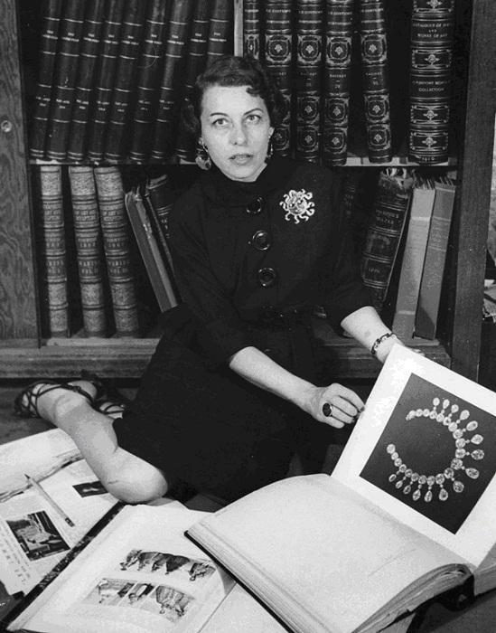 Джоан в библиотеке Джозефа в 1937году, на ней брошь-солнце от  Джозефа