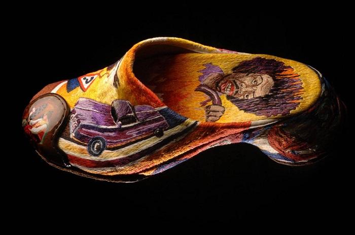 Обувь-скульптура «Перекати-поле». Принт роскошного авто, вышитого в технике ручной глади, и рядом — изящная лаковая федоскинская миниатюра вышивальщицы.