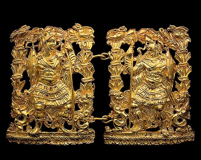 Золотая пряжка с изображением двух воинов. (1 в. до н.э. – 1 в. н.э.) Найдены в Тилля-Тепе, Могильник III.