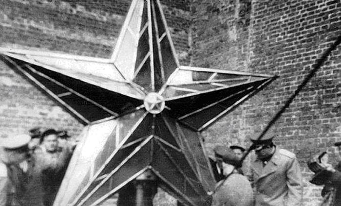 Перед подъемом отреставрированной звезды на Троицкую башню, март 1946 год