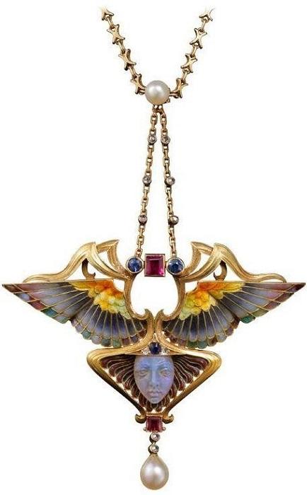 Брошь-кулон Ника, 1902, золото, гравировка, эмаль, техника транслюсид, рубины, изумруды, бриллианты, резной турмалин, жемчужина