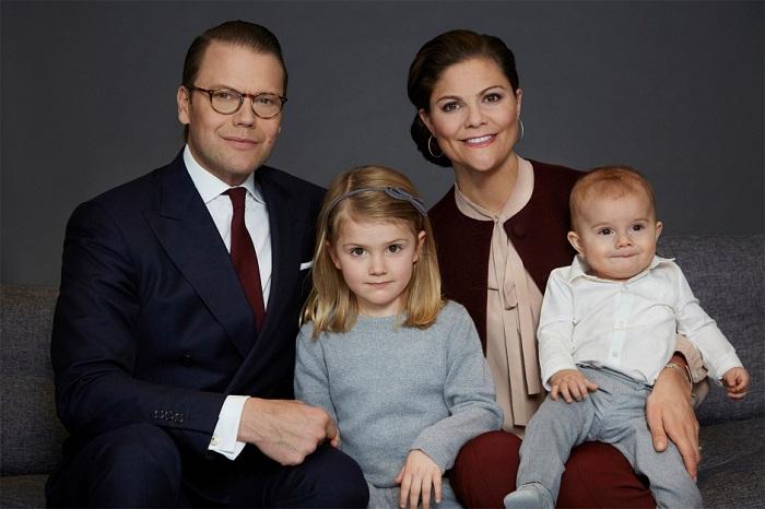 Принцесса Швеции, герцогиня Эстергётландская - дочь наследницы шведского престола кронпринцессы Виктории и ее супруга, герцога Вестергётландского Даниэля Вестлинга  с братом Фото: legion-media.ru