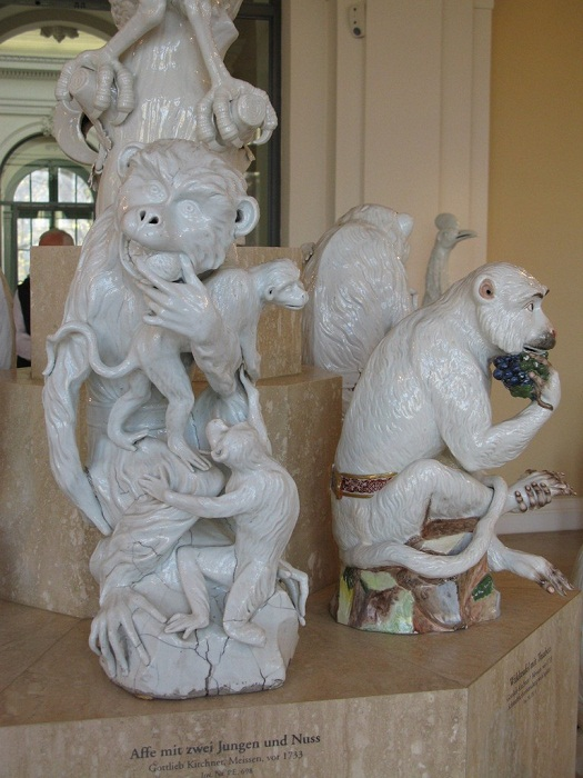 Обезьянка с двумя детенышами и орехом работы Кирхнера