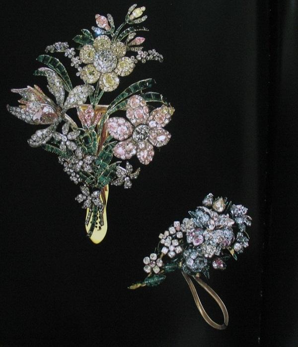 Большой букет и малый Бриллианты, изумруды, золото, серебро 16 х 21 см Около 1760 г.