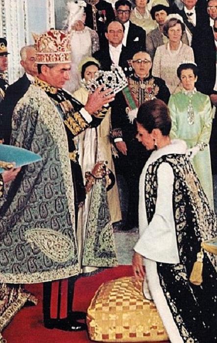 Шах коронует императрицу Фарах на церемонии коронации в 1967 г.