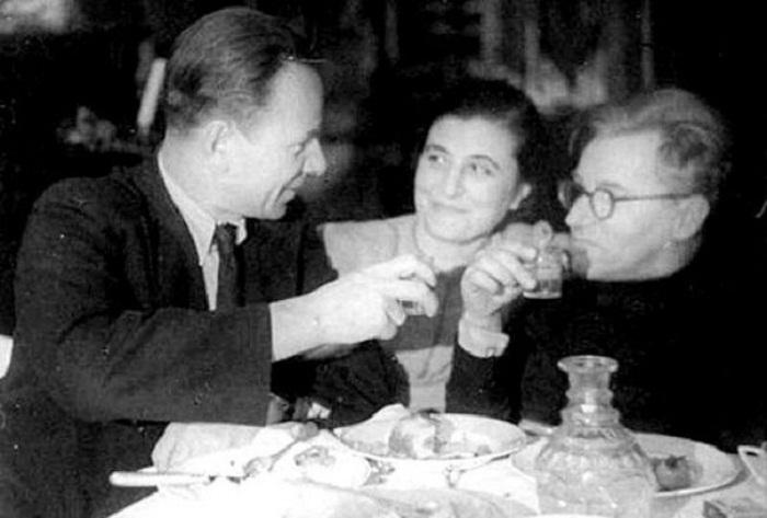Михаил Булгаков и драматург Сергей Ермолинский с женой