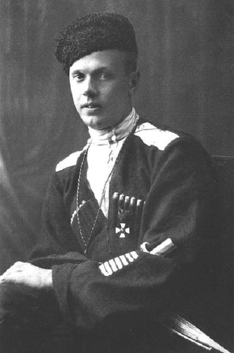 Яков Александрович Слащёв. 1918 год. Нашивки на левом рукаве обозначают число ранений