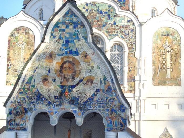 Фрагменты майолики с фасада церкви по эскизам С.И. Вашкова