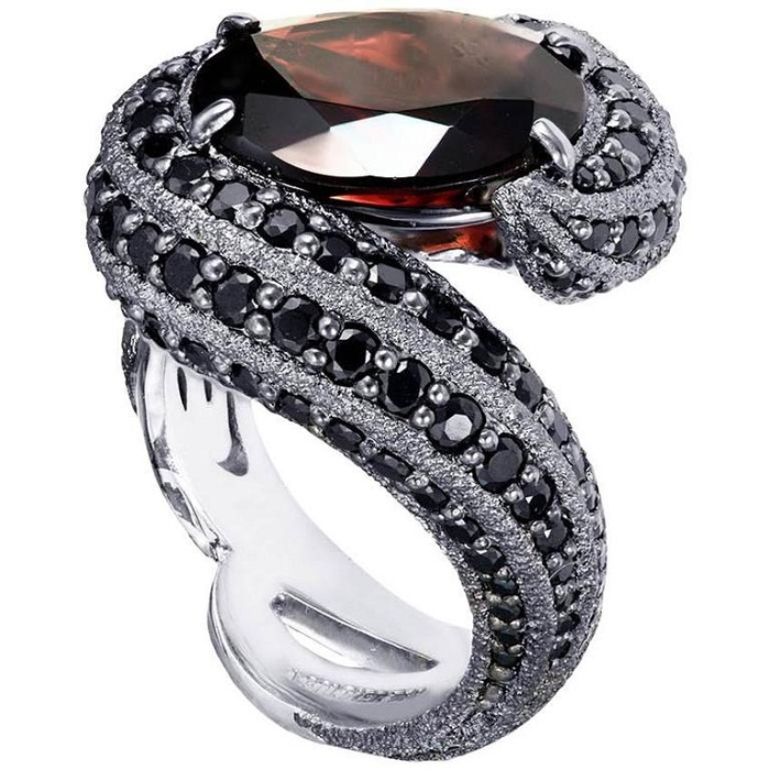 Кольцо со змеей от Alex Soldier. Черненое золото, шпинель