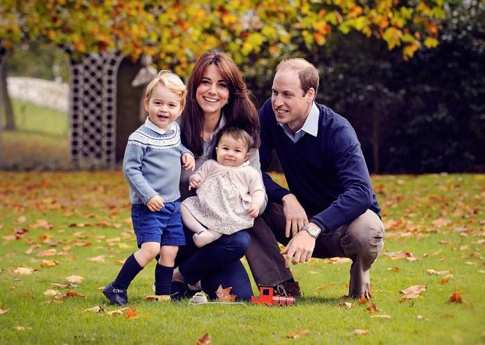 Принц Уильям, герцог Кембриджский и его жена Кэтрин, герцогиня Кембриджская, их сын принц Джордж Кембриджский и принцесса Шарлотта