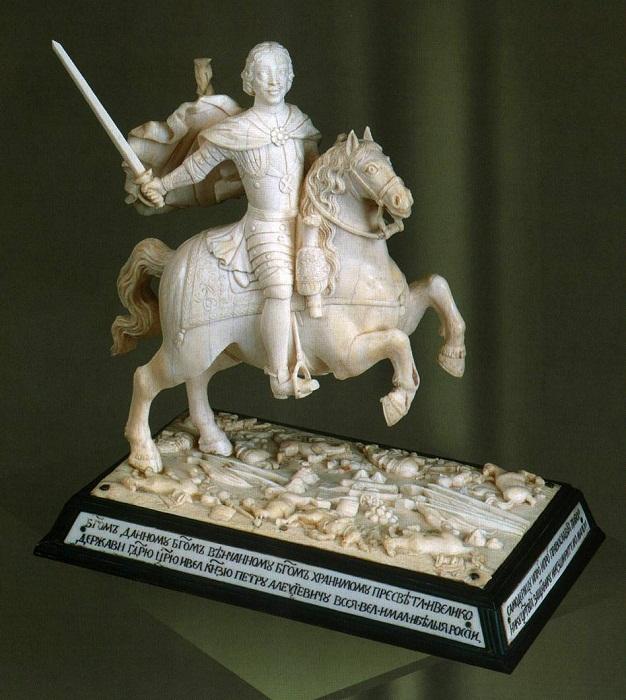 Скульптура «Петр I - победитель шведов» . 1780-1790-е Бивень мамонта, черное дерево, дерево, ткань Объемная, рельефная, токарная резьба, гравировка. ГИМ