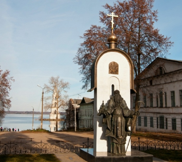 Улица Карла Маркса и памятник Макарию Калязинскому