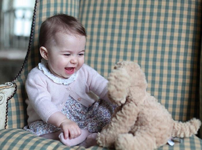 6-месячная принцесса Шарлотта с игрушечным щенком