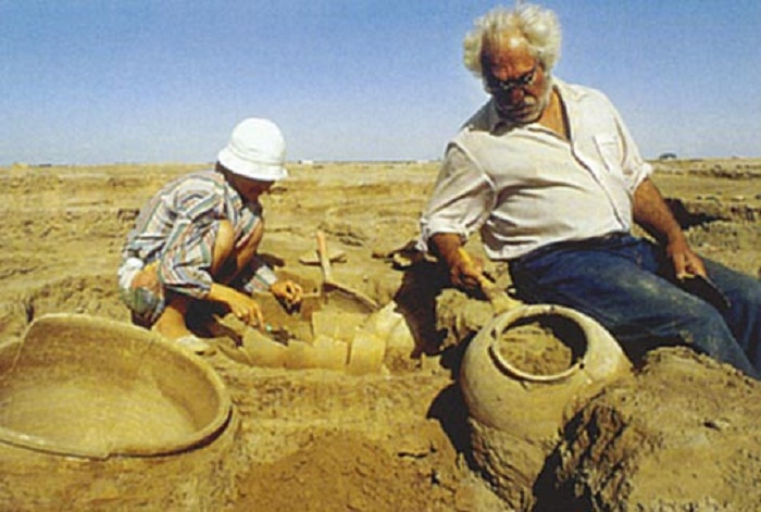 Археолог Виктор Сарианиди на раскопках
