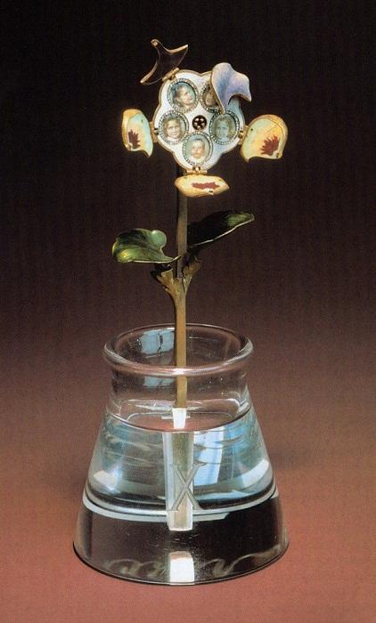 Анютины глазки.  Фирма Фаберже, мастер Г. Вигстрем. Горный хрусталь, алмазы, стекло, кость, золото. Музеи М. Кремля