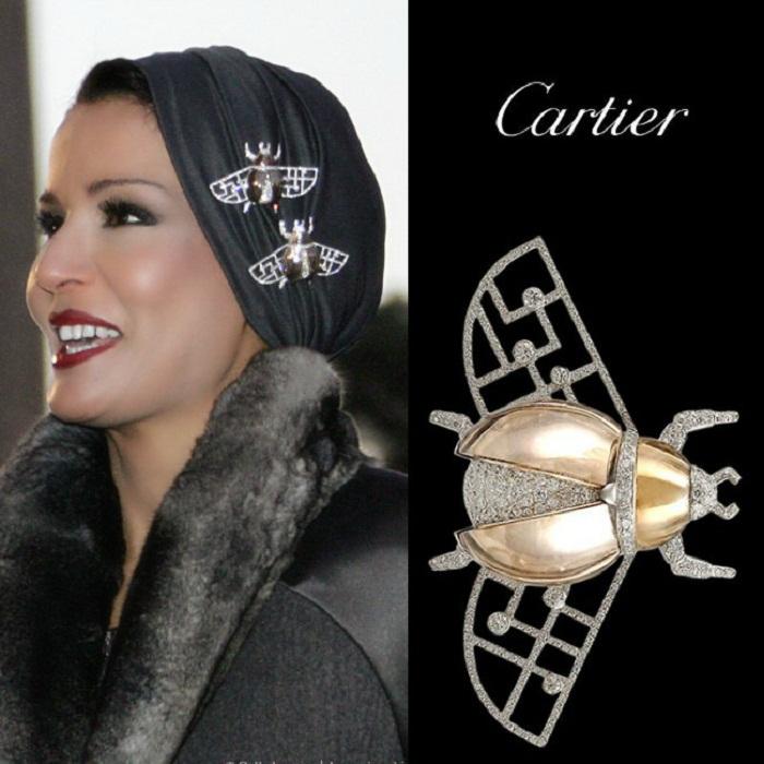 Тюрбан украшен парными брошами Скарабей от Cartier (белое золото, бриллианты, дымчатый кварц)