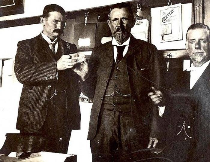 Томас Куллинан (крайний слева) со знаменитым алмазом