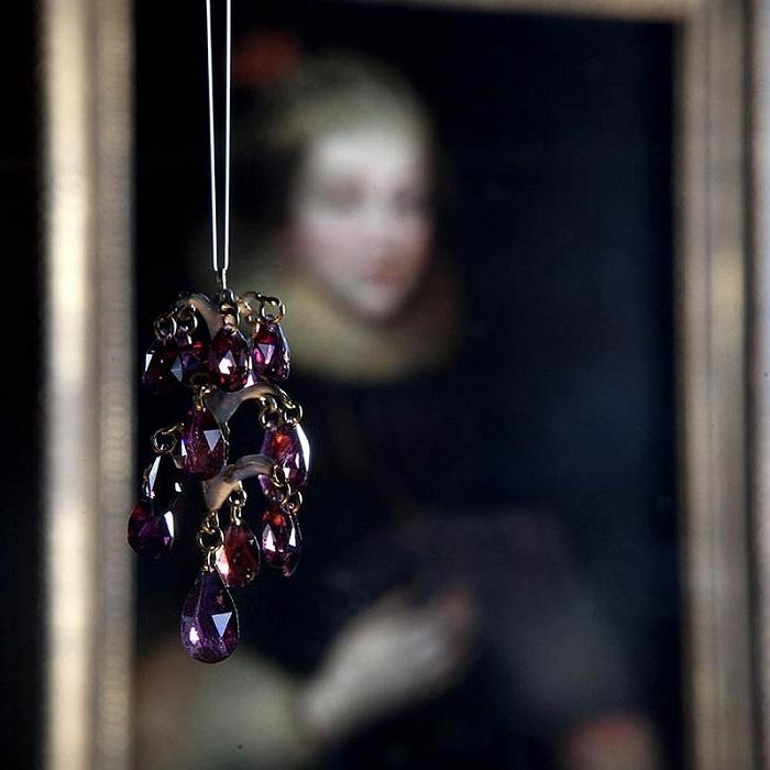 Изысканная подвеска, украшенная рубинами и алмазами