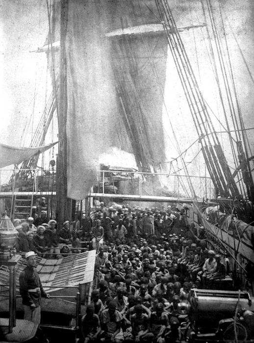 Спасенные восточноафриканские рабы на переполненной палубе HMS Daphne, британского военно-морского судна, у побережья Занзибара. 1868 год